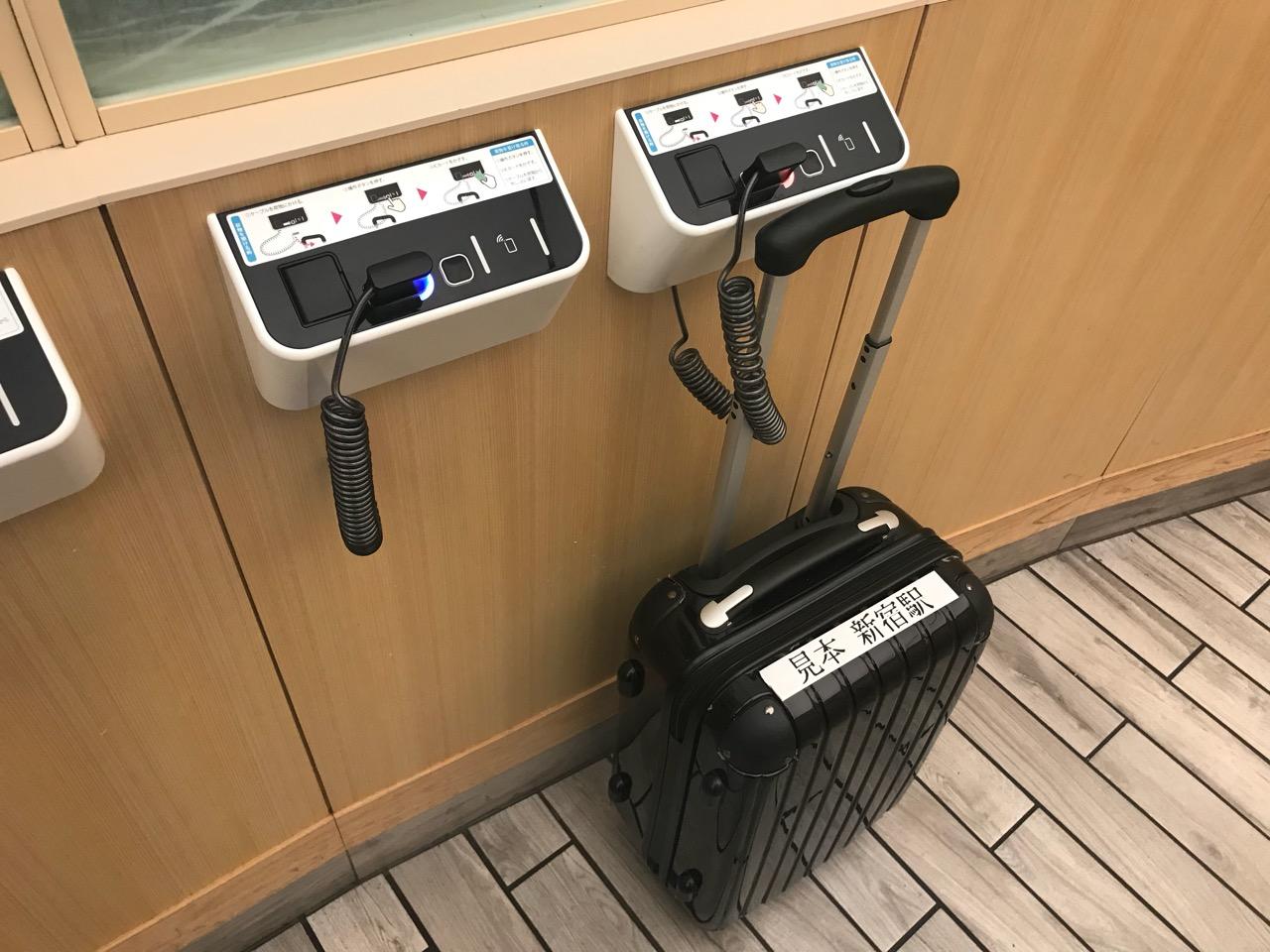 新宿駅で見つけた「Baggageport」30分だけキャリーバックを預かってくれる