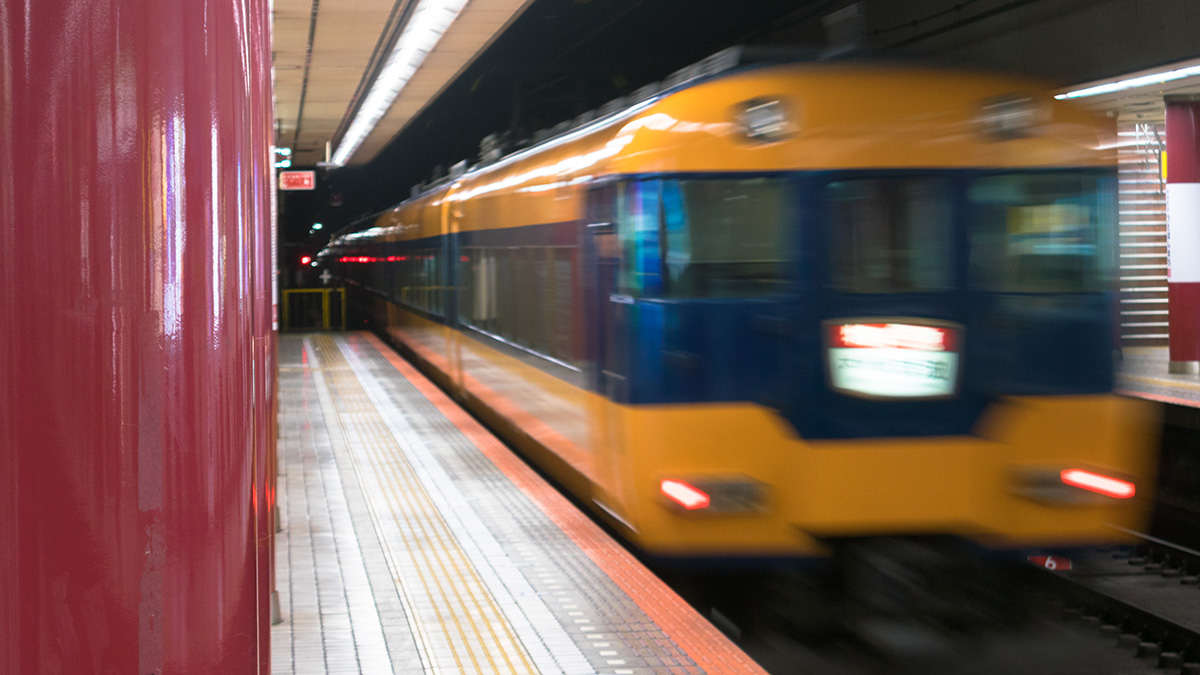 近鉄特急で名古屋から大阪へ、空いているけど残念な車両だった。