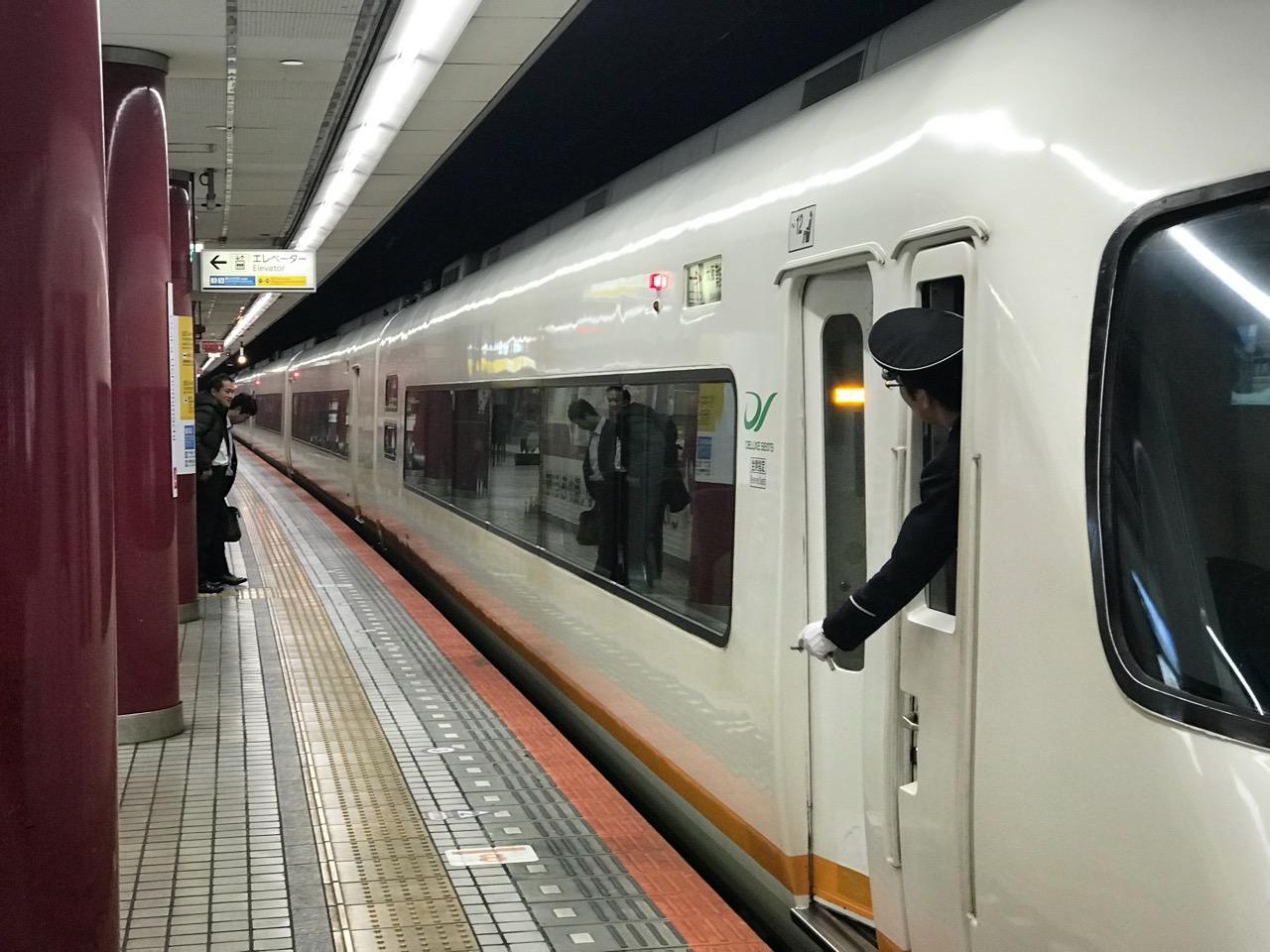 近鉄名古屋から大阪上本町へ。アーバンライナーのデラックスシートで移動。コンセント付き