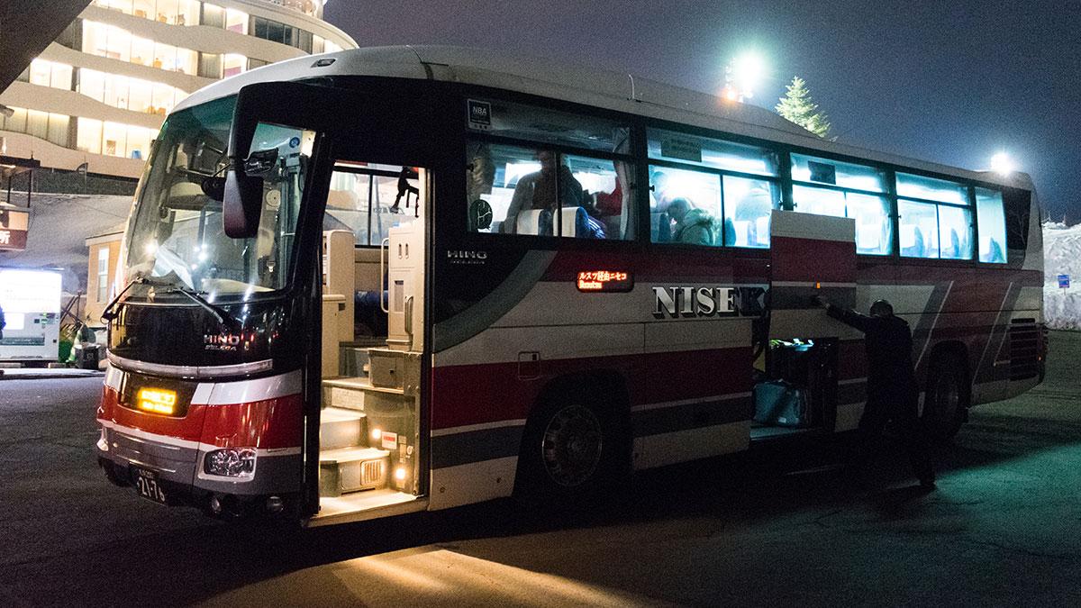 新千歳空港からニセコスキー場まで、北海道中央バスのスキーバスに乗って