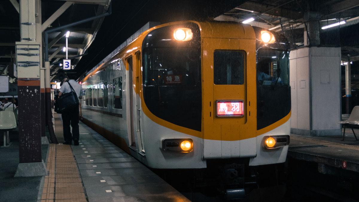 大阪難波から近鉄名古屋へ、伊勢中川で乗り換える近鉄特急に乗って