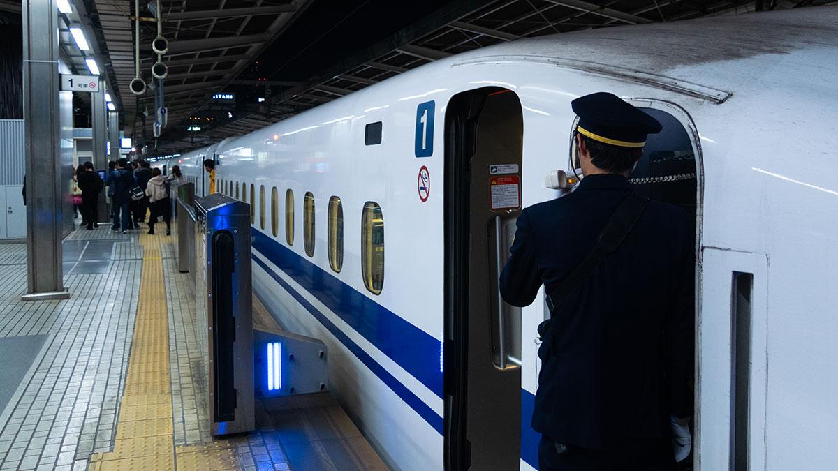 新大阪から名古屋へ、最終の新幹線のぞみ98号に乗って