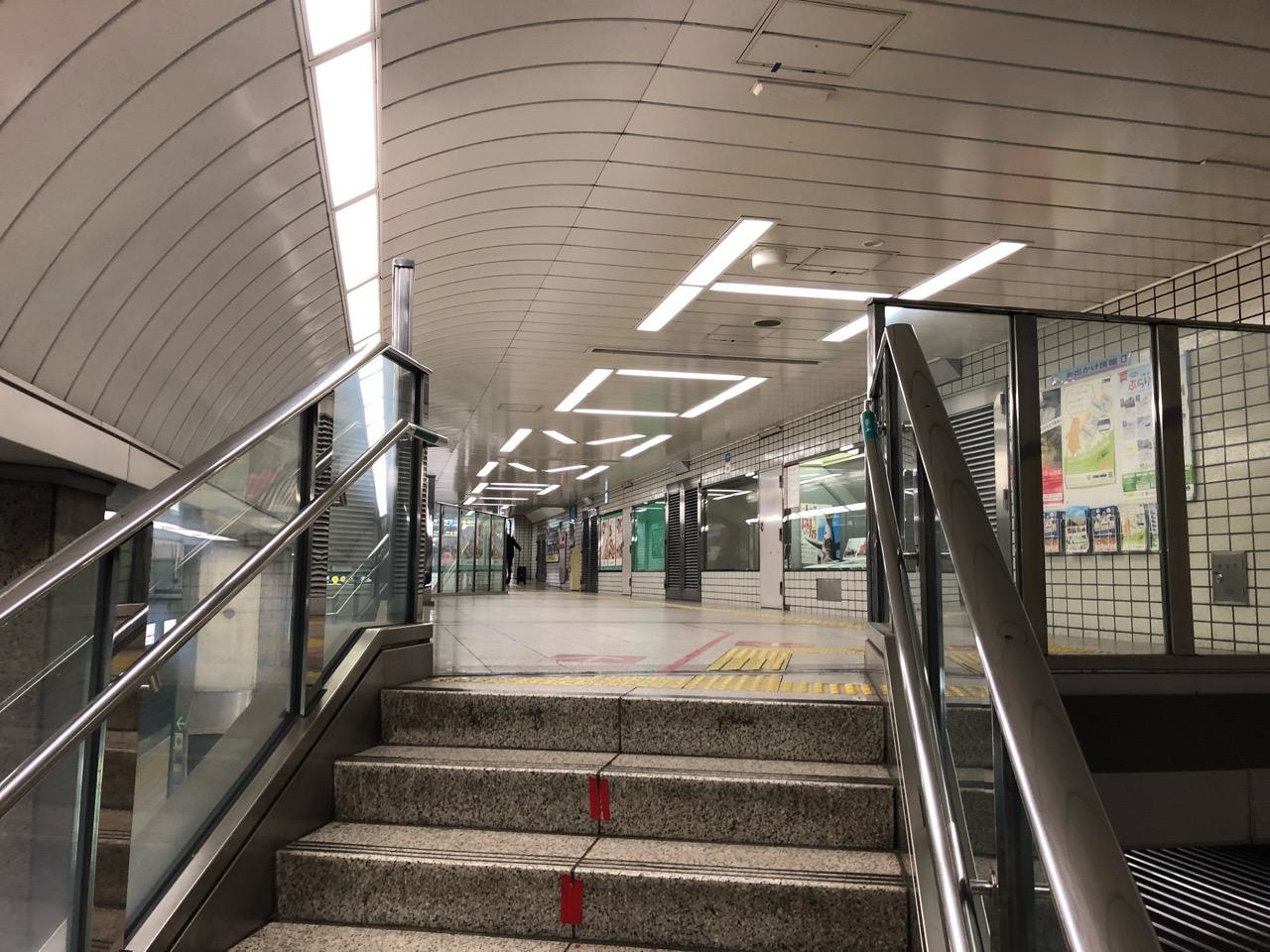 大阪・地下鉄「本町駅」の蛍光灯は「HOMMACHI」の形をしている