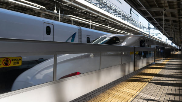新大阪駅の新幹線26番線には5mの大開口ホームドアが設置されている。車輪なしの片持ち構造だ!