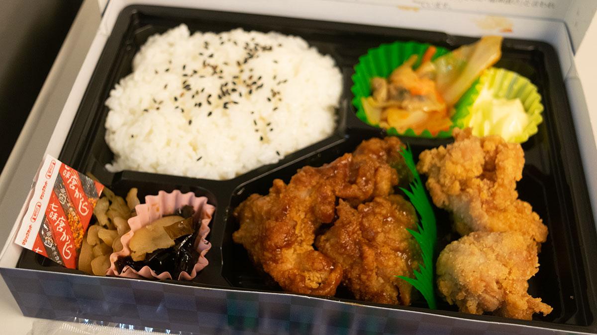 「江戸甘からあげ弁当」900円、東京駅の東海道新幹線ホームにて