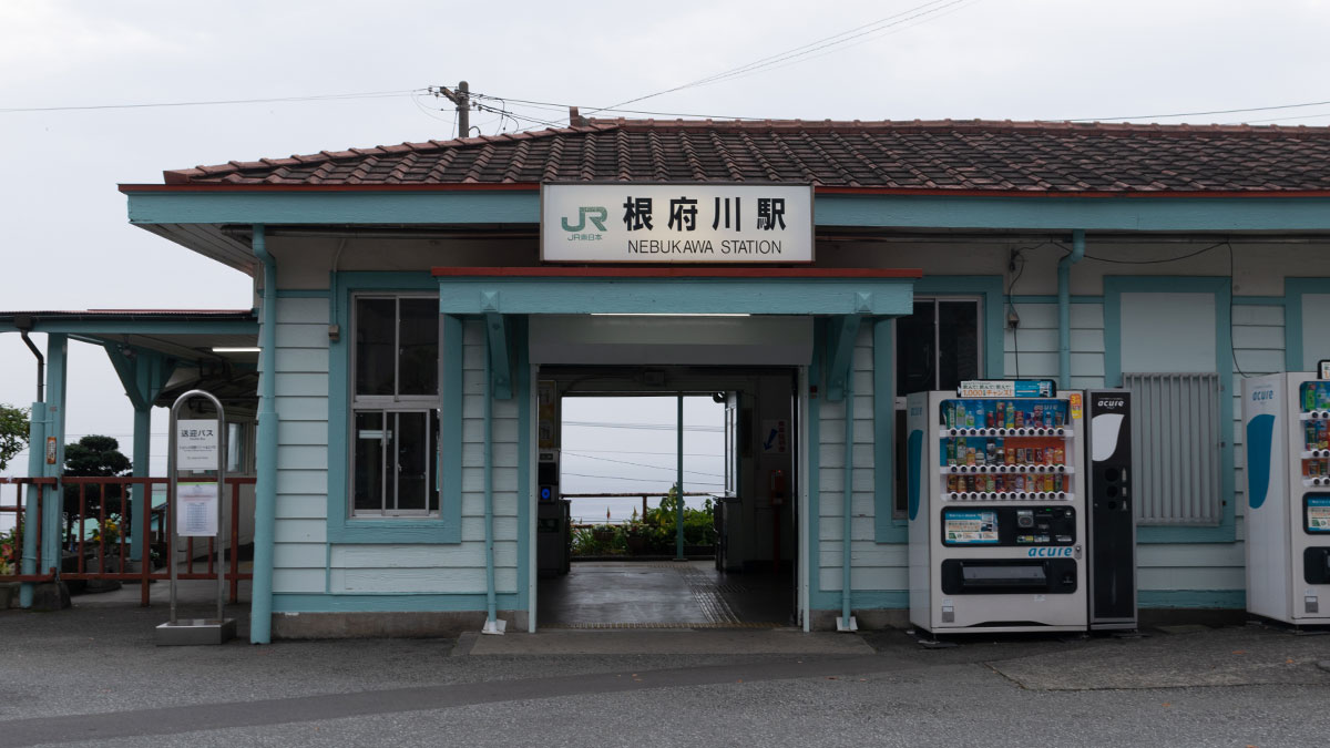 東海道線の無人駅「根府川駅」を眺める
